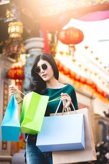 アジアの女性は中華街で買い物や買い物中毒に夢中