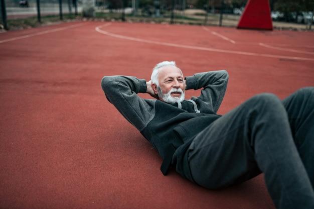 アクティブシニア屋外腹筋運動をしています。