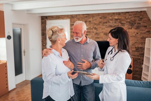 年配のカップルが医者から良い知らせを受けています。