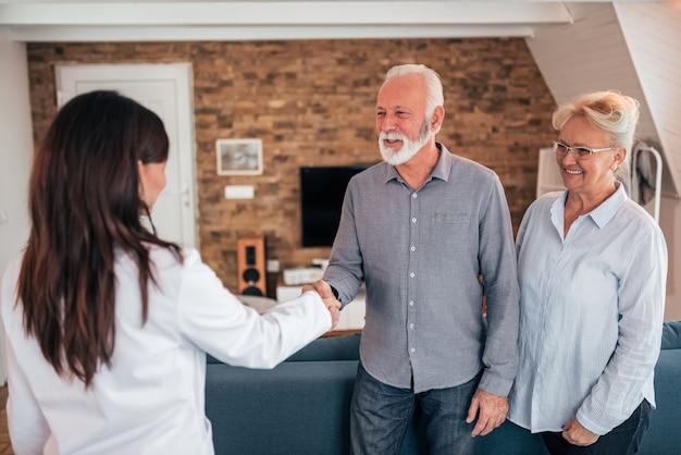 先輩患者と手を振って医師の笑顔。
