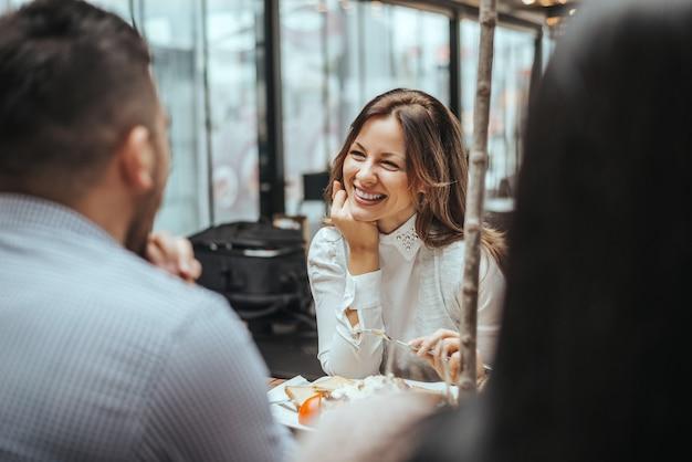レストランで話していると食事で陽気な友人のグループ。