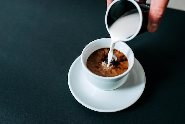 ブラックコーヒーに牛乳を注ぐ