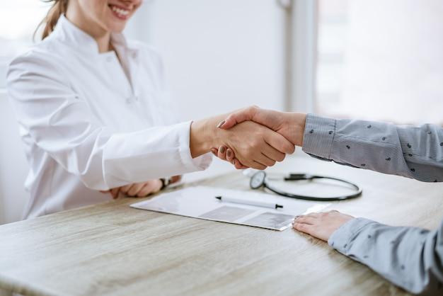 医者と患者の間のハンドシェイク。閉じる。