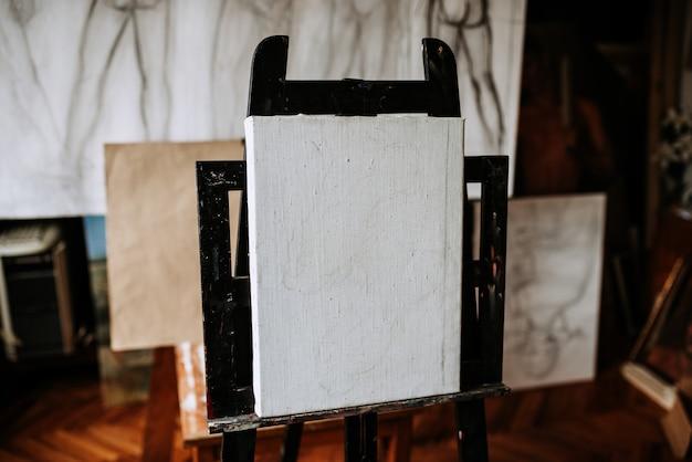 真っ白なキャンバス。アーティストスタジオの芸術的設備。