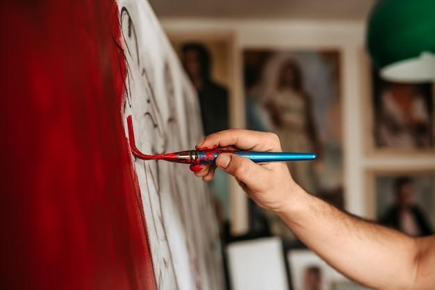 赤を塗る芸術家の作品