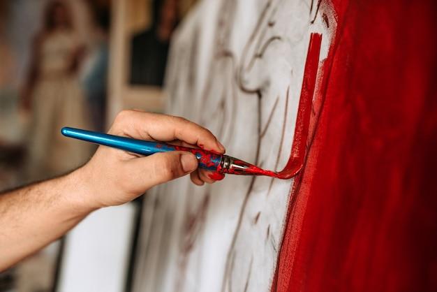 芸術家の手の絵画のクローズアップイメージ。