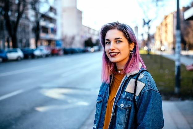街でカラフルな髪を持つ少女。
