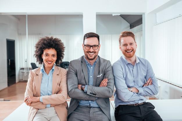 オフィスで積極的な多様な事業チームの肖像画。
