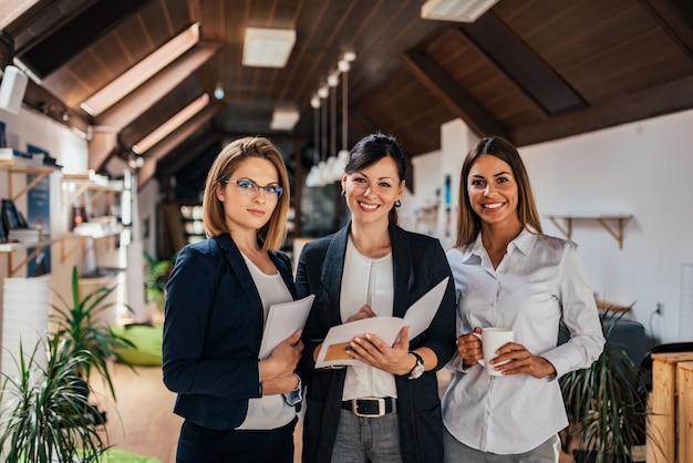 自信を持って女性ビジネスチームのグループの肖像画。
