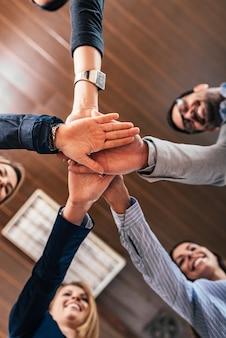 ビジネスチームは成功を祝います。底面図。