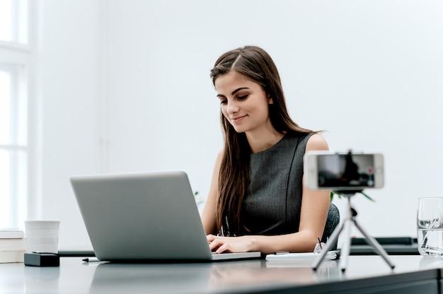 彼女のビデオブログのコンテンツを記録する女性のヴロガー。