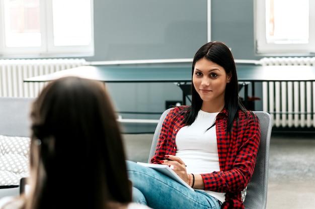 Концепция собеседования. менеджер отдела кадров беседует с женщиной.