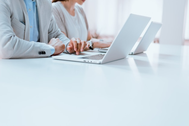ビジネスの方々、手とコンピューター
