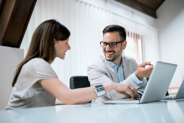 Обсуждать проект. деловые люди в офисе