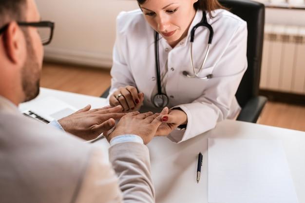 医者の病院で男性患者を調べる