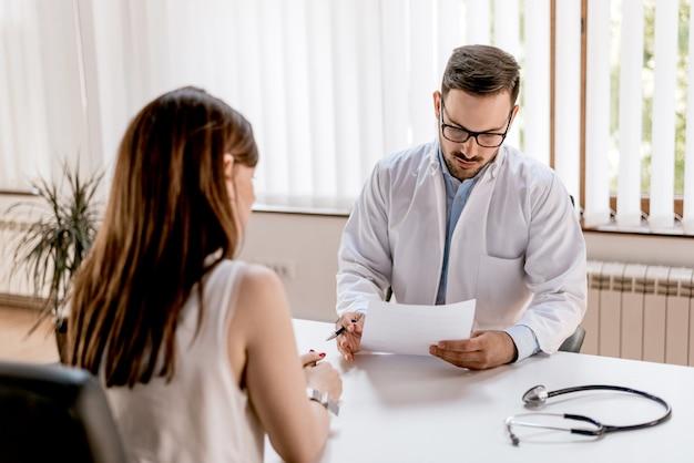 医師と患者が血液検査の結果について話し合う