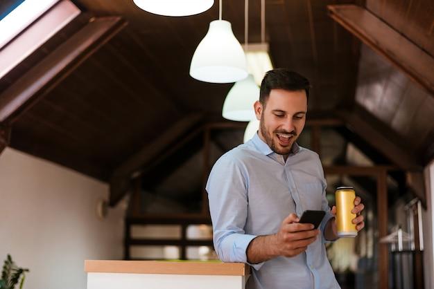 Человек с смартфон текстовых сообщений массаж и пили пиво в домашних условиях