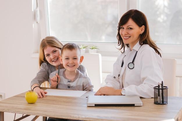 医者で面白い時を過ごす子供たち