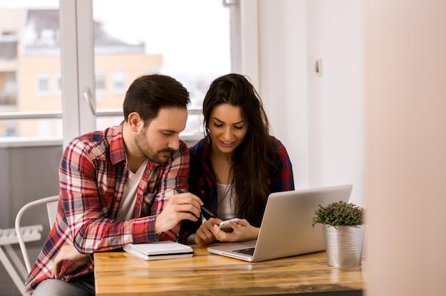 在宅で現代の学生が勉強する