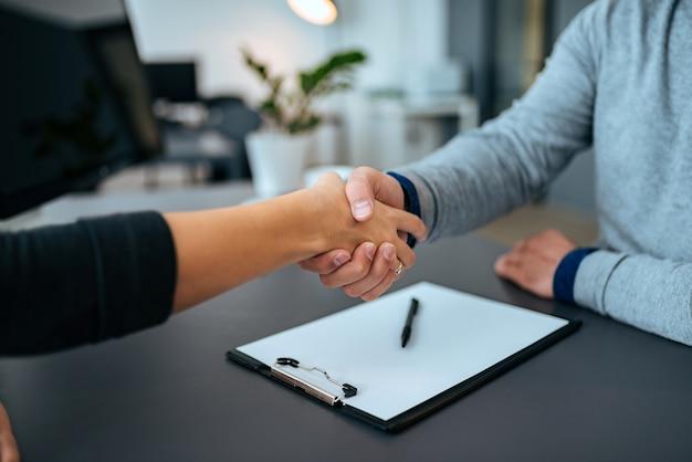 ビジネスマンの握手。閉じる。