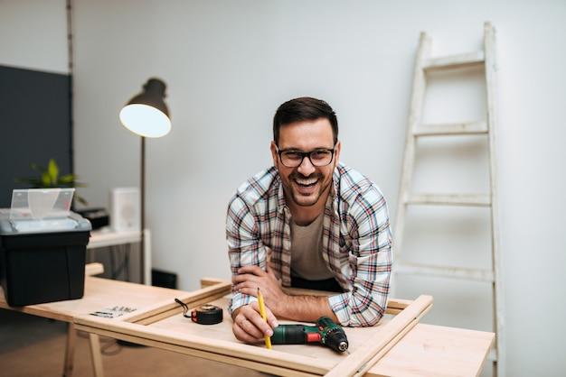 Портрет улыбающегося красивого мастера.