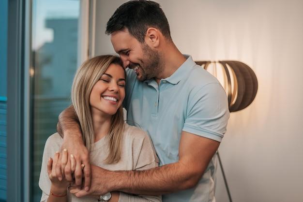 Привлекательная молодая пара в любви обниматься.