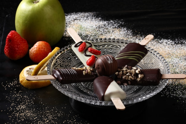 黒い木製のテーブルにアイスクリーム各種。