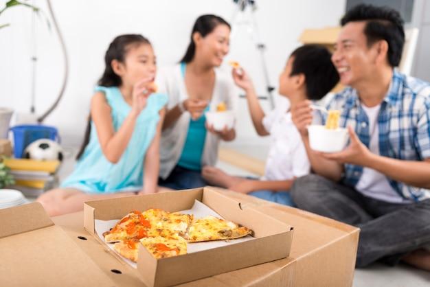 家族で食べるピザ