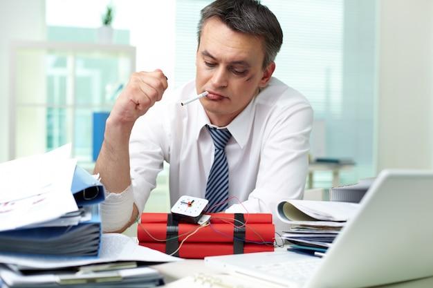 タバコを吸っている間思考ビジネスマン