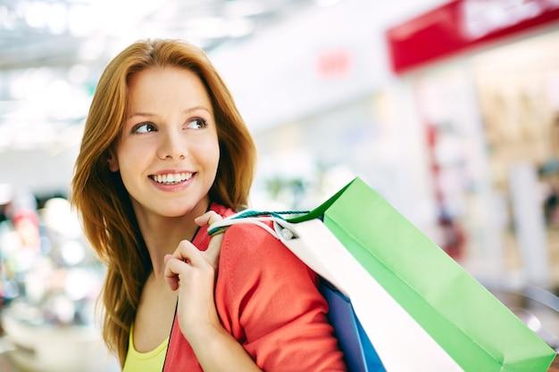 女性運ぶショッピングバッグのクローズアップ