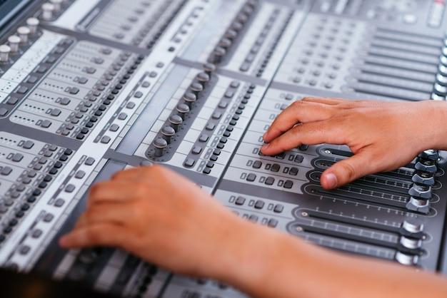 オーディオミキシングコンソールの調整