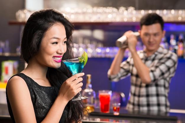 Вьетнамская женщина с напитком