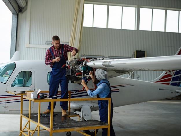 飛行機で働くエンジニア