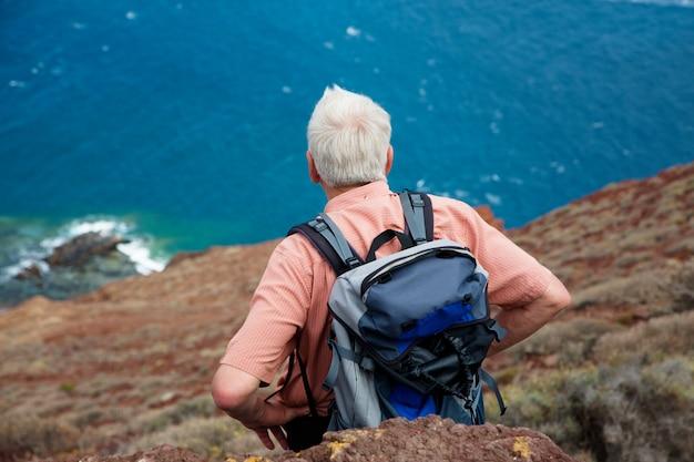 Пожилой турист в поездке