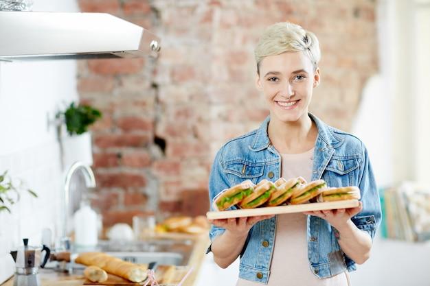 サンドイッチを持つ少女