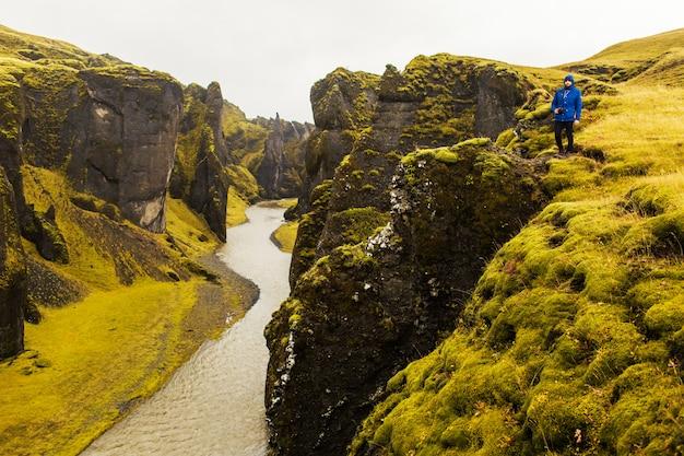 自然の中の川と山