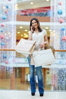 バッグと電話で買い物客