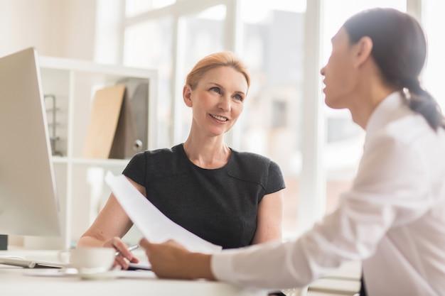 ビジネスパートナーとの協力条件について話し合う