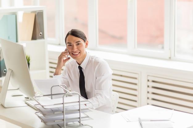 ビジネスパートナーとの電話交渉の実施