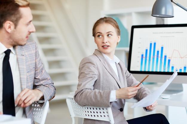 Профессиональные менеджеры, анализирующие статистические данные