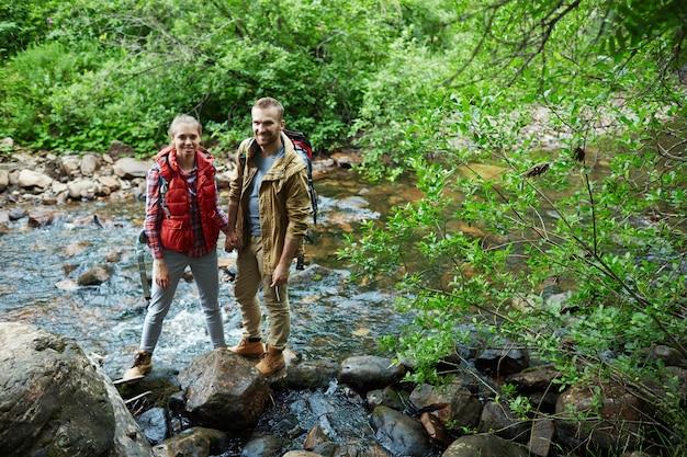 川をハイキング