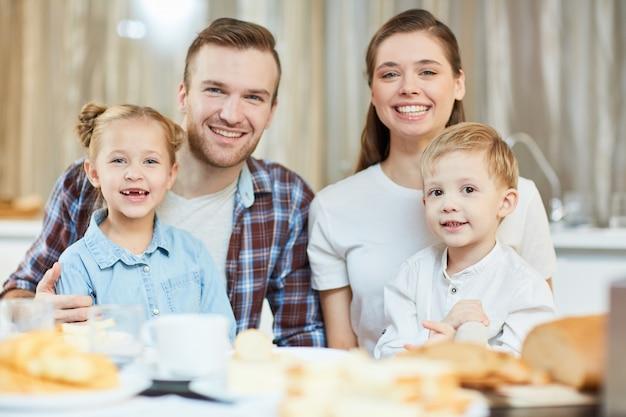 夕食を食べている家族