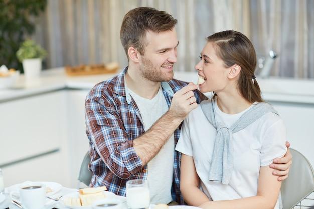 Пара завтракает