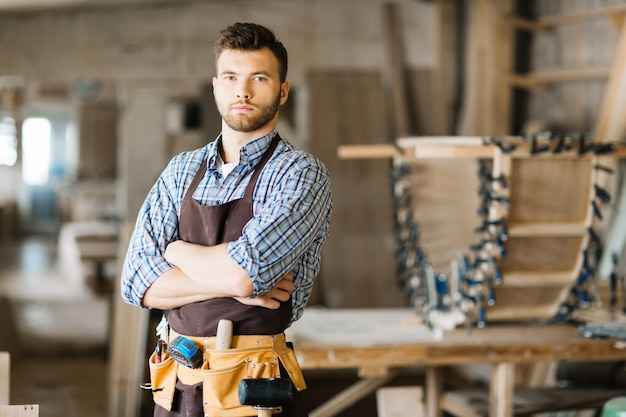 写真のためにポーズハンサムな木工
