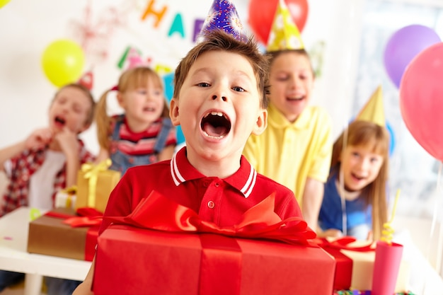 Ребенок празднует свой день рождения
