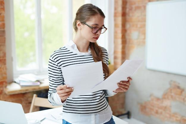 論文を読む少女