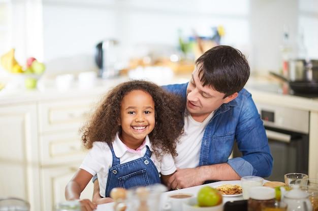 キッチンで家族
