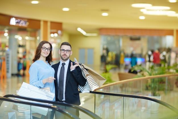 ショッピングのカップル