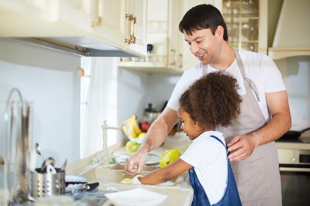 台所で父と娘