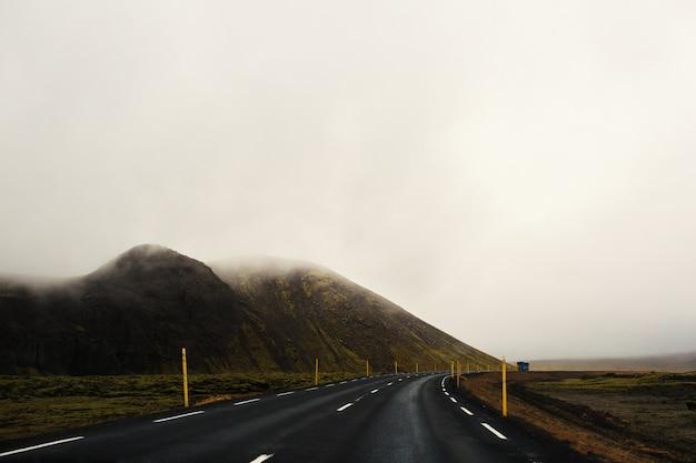 霧の中の道